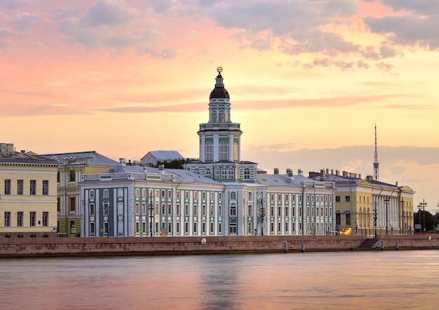 L'edificio del museo kunstkamera all'alba dell'argine dell'università