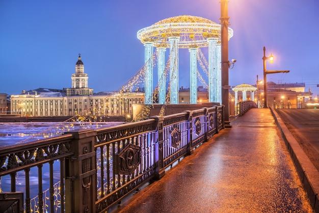 Kunstkamera e il pergolato di capodanno sul ponte del palazzo a san pietroburgo in una mattina d'inverno blu