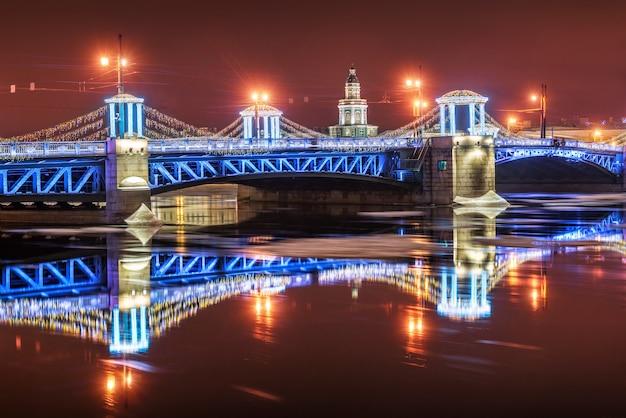 Kunstkamera e il blue palace bridge di capodanno a san pietroburgo in una notte d'inverno e il suo riflesso nella neva