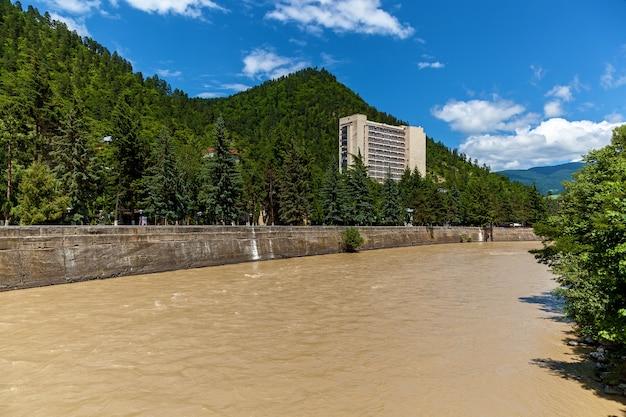 Il fiume kura nella città di borjomi, una località turistica nella georgia centro-meridionale.