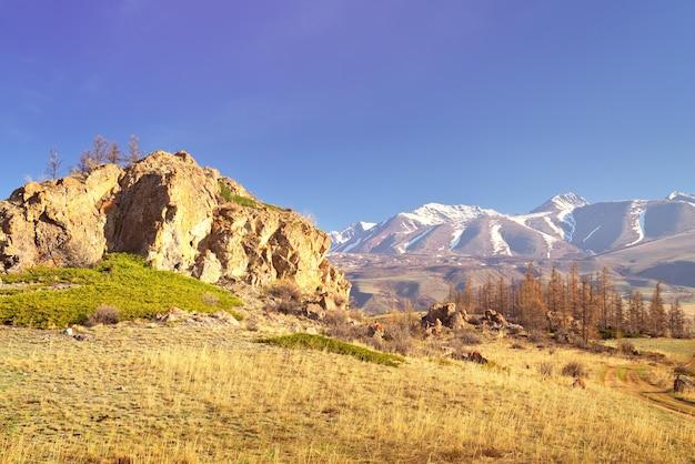 La gamma kurai nelle montagne altai rocce ed erba secca sul fianco della montagna