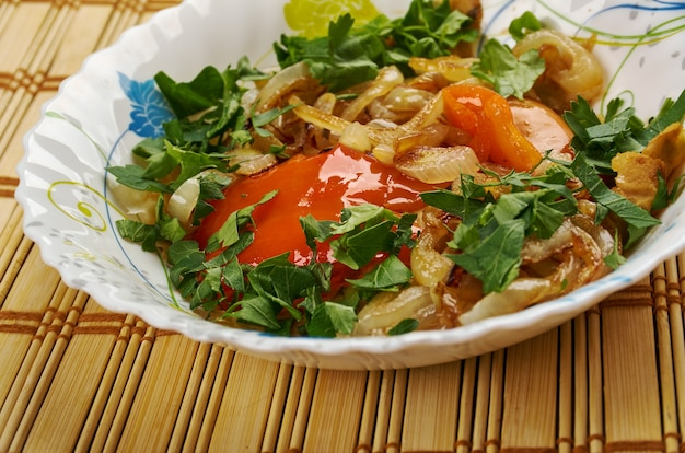 Kurutob - piatto tagiko con pane pita e verdure