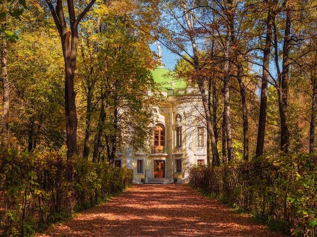 La tenuta del museo di kuskovo in autunno, l'arte del parco a kuskovo