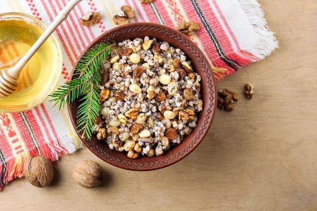 Kutya è un piatto cerimoniale di grano con salsa dolce tradizionalmente