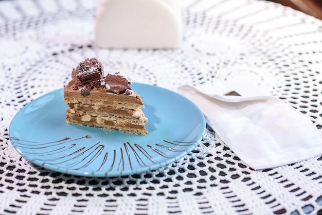 Porzione di torta di kiev in un piatto blu