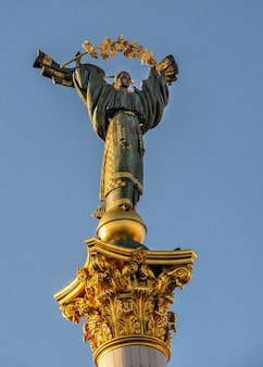 Kiev, ucraina 07.11.2020. monumento all'indipendenza sul maidan nazalezhnosti a kiev, ucraina, in una soleggiata mattina d'estate
