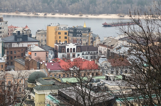 Kiev, ucraina - 16 novembre 2019: paesaggio urbano del distretto di podol nella città di kiev al giorno nebbioso.