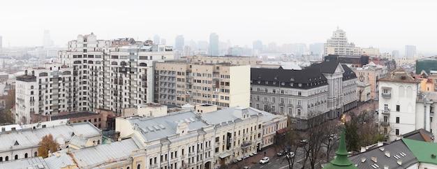 Kiev, ucraina - 16 novembre 2019: vista del tetto della vecchia kiev dal campanile della cattedrale di santa sofia.