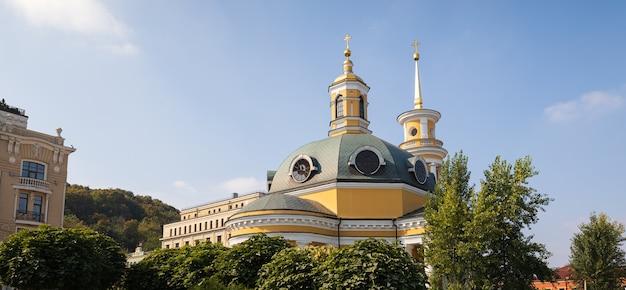 Kiev, ucraina - 28 settembre 2019: strade ed edifici della vecchia kiev. esterno di vecchi edifici residenziali nel quartiere storico chiamato podil (podol), centro di kiev.