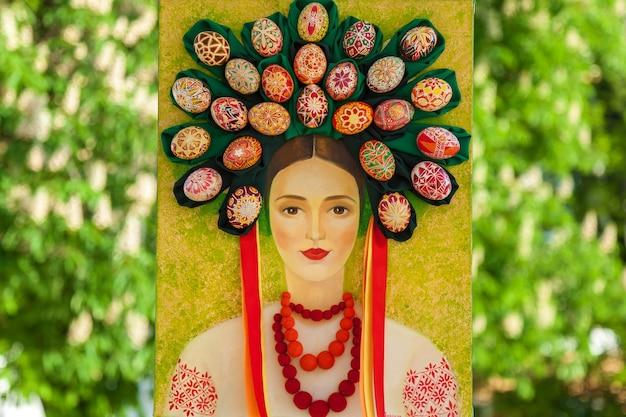 Kiev, ucraina, sophia square, 2 maggio 2016. composizione di pasqua. ritratto di pasqua ucraino di una donna in abito tradizionale e cerchietto di uova dipinte sulla testa.