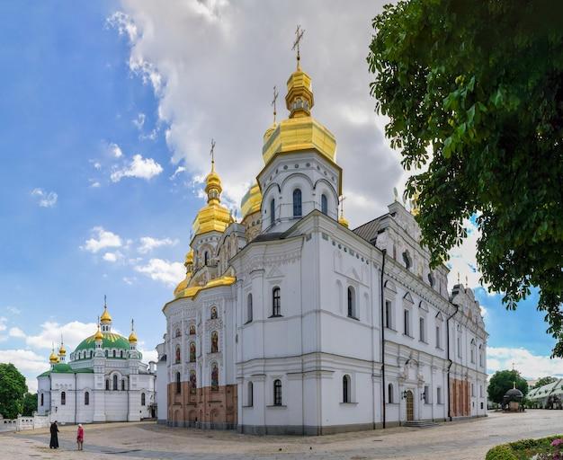 Kyivo-pecherska lavra e monastero delle grotte a kiev, ucraina, in una soleggiata giornata estiva