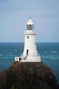 Faro di la corbiere sull'isola di jersey, scozia