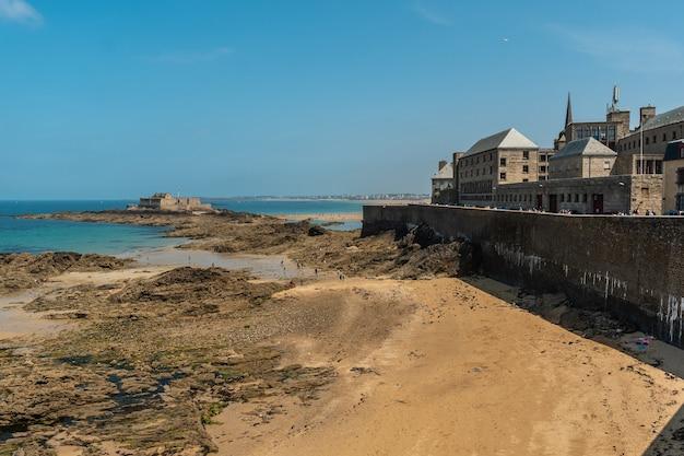 La grande plage du sillon nella città costiera di saint-malo in bretagna francese nel dipartimento di ille-et-vilaine, francia