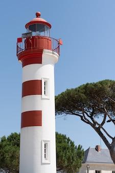 Faro verticale di la rochelle il giorno soleggiato in francia sudoccidentale