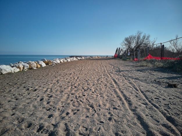 La sabbia e gli scogli; il camminamento per arrivare alla spiaggia: il luogo ideale dove fare passeggiate solitarie in mezzo alla tranquillità e alla natura.