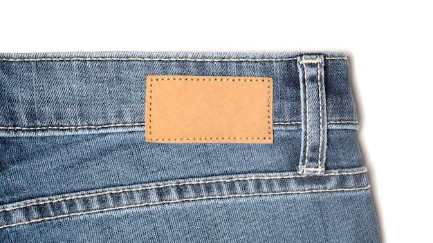 Etichetta il modello di cartellino del prezzo su blue jeans da carta riciclata.