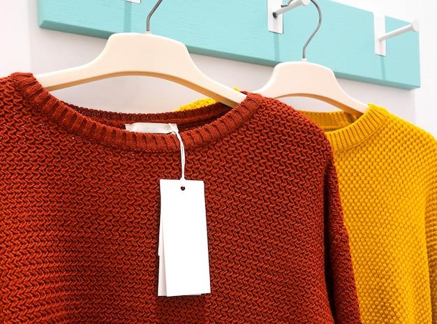 Etichetta su maglioni di colori rosso e giallo.