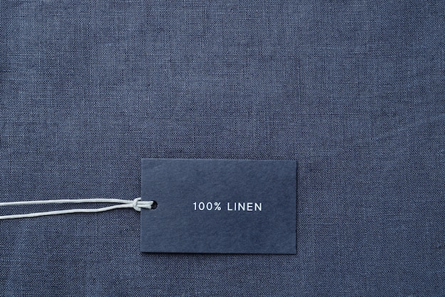Etichetta con composizione di tessuto su sfondo di panno. 100% lino