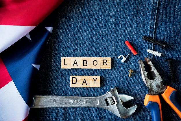 Concetto di festa del lavoro, generi differenti sulle chiavi, strumenti pratici sul fondo delle blue jeans.
