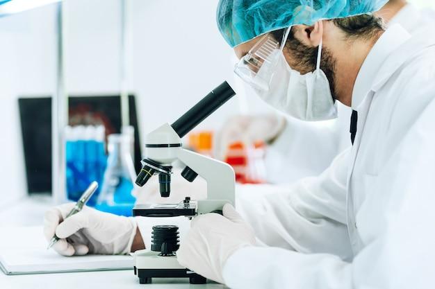 L'assistente di laboratorio conduce i test di analisi in laboratorio.
