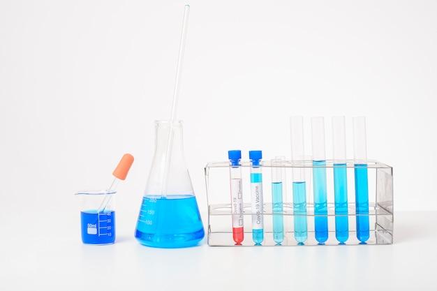 Sfondo di laboratorio, microscopio con vetreria per laboratorio