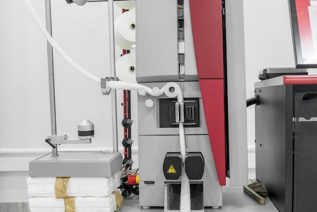 Le apparecchiature di laboratorio controllano la qualità della fibra di cotone in una fabbrica tessile