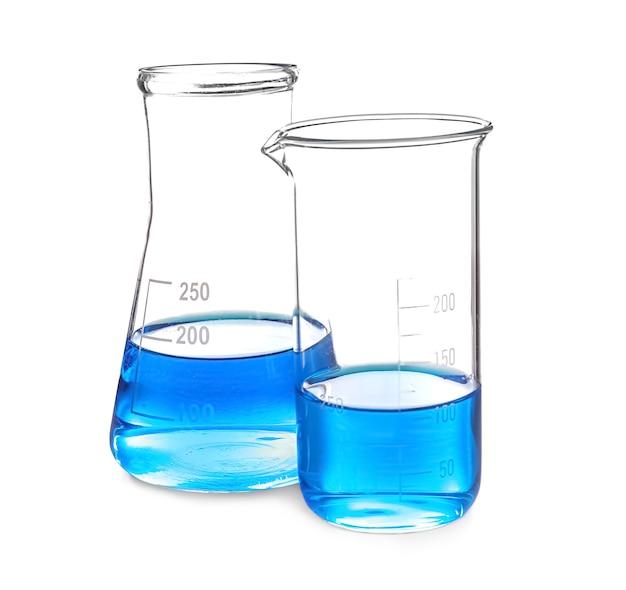Vetreria di laboratorio con liquido blu su sfondo bianco