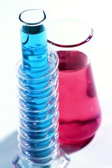 Vetreria da laboratorio con prodotti chimici colorati
