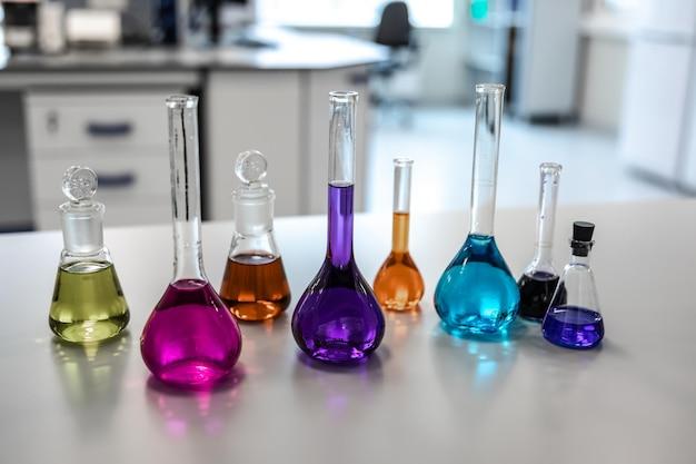 Vetreria da laboratorio con vari liquidi colorati