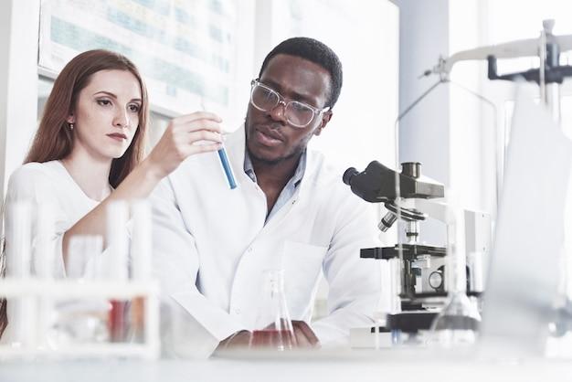 I laboratori di laboratorio conducono esperimenti nel laboratorio chimico