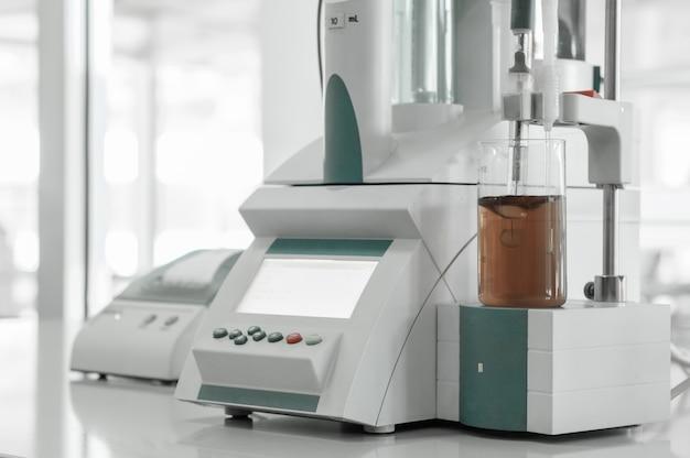 Laboratorio e strumenti di misura presso lo stabilimento per la produzione e la lavorazione delle materie plastiche