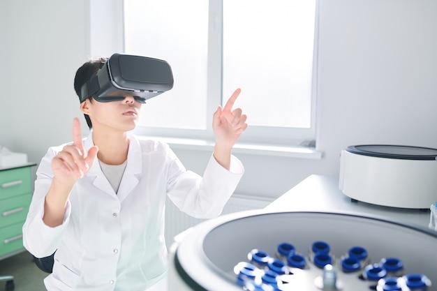 Tecnico di laboratorio che sincronizza il simulatore vr con centrifuga