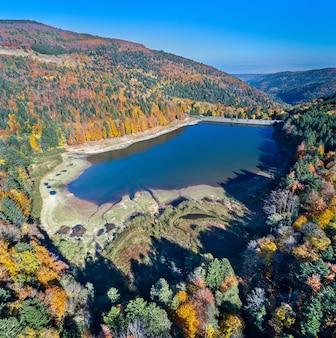 Lac de la lauch, un lago nelle montagne dei vosgi - haut-rhin, france