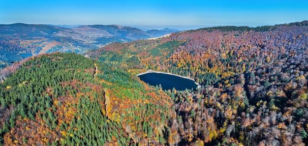 Lac du ballon, un lago nelle montagne dei vosgi - haut-rhin, francia