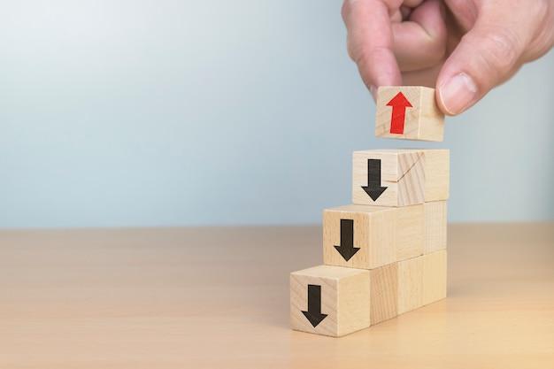 Percorso di carriera della scala per il concetto di processo di successo di crescita di affari organizzazione del blocco di legno che impila come scala di punto con la freccia su