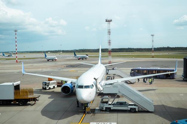 Scaletta per l'aereo in aeroporto. trasporto internazionale di merci, viaggi aerei, trasporti, viaggi aerei, vacanze. copia spazio.