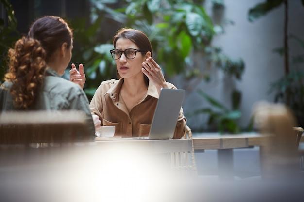 Il brainstorming delle signore sul progetto imprenditoriale