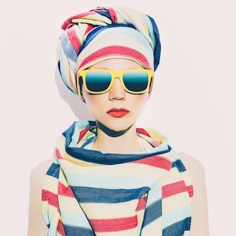 Stile africano della signora. striscia di tendenza. accessori per capelli alla moda.