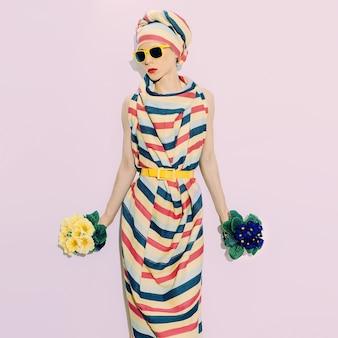 Stile africano della signora. striscia di tendenza. accessorio di moda estate e fiori.