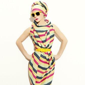 Stile africano della signora. striscia di tendenza. accessorio estivo alla moda.