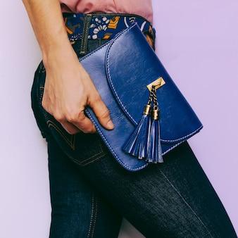 Signora in blue jeans e accessori moda. borsa country style
