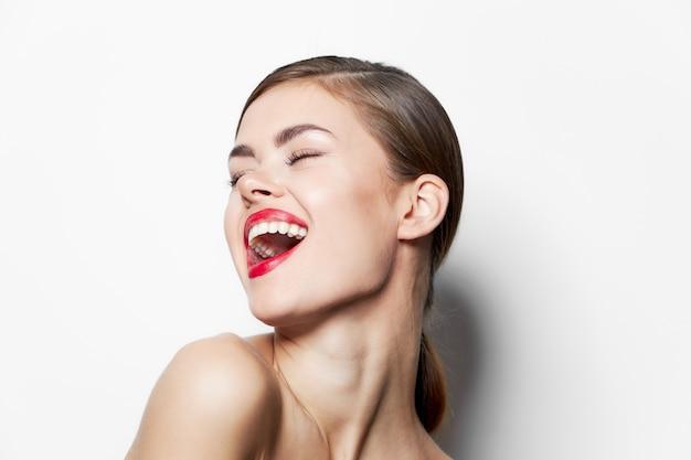 Lady bright labbra rosse divertenti occhi chiusi fascino vista ritagliata trucco pelle chiara