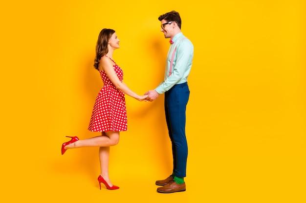 Signora ragazzo festa del ballo coppia tenere le braccia