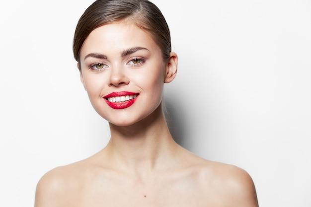 Lady red labbra sorriso spalle nude trattamenti termali capelli lunghi
