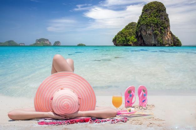 La signora si distende sulla spiaggia della tailandia
