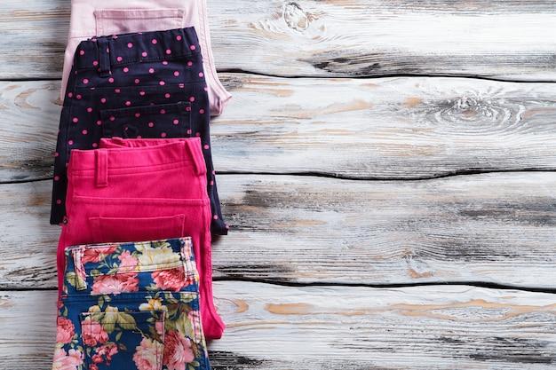 Pantaloni casual colorati da donna. pantaloni piegati dai colori vivaci. nuovi capi della collezione primaverile. offerta a tempo limitato in boutique.