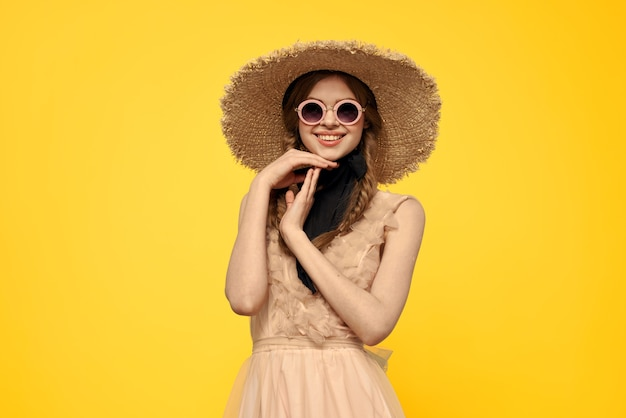 Signora in cappello di paglia e occhiali da sole