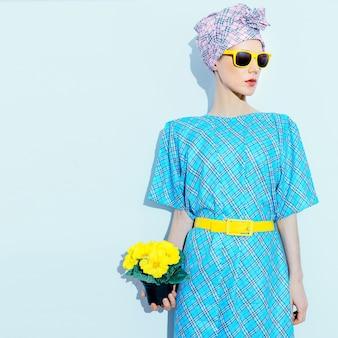 Signora in abito vintage e foulard. tendenza stampa a scacchi.