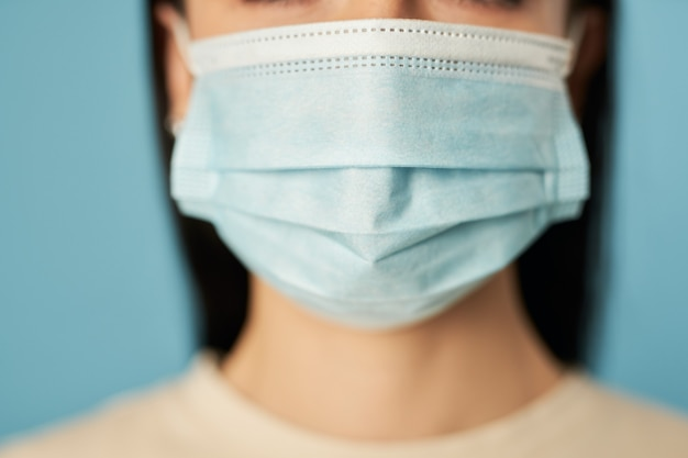 Signora con mascherina protettiva usa e getta dai virus