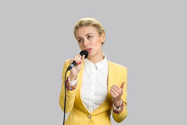 Signora con microfono che guarda lontano